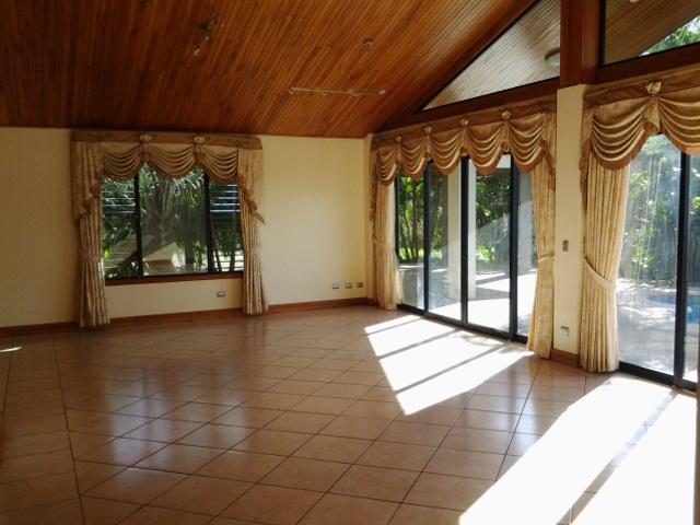 zu vermieten haus mit wunderbarer sicht swimmingpool terrasse sonnendeck und einem. Black Bedroom Furniture Sets. Home Design Ideas