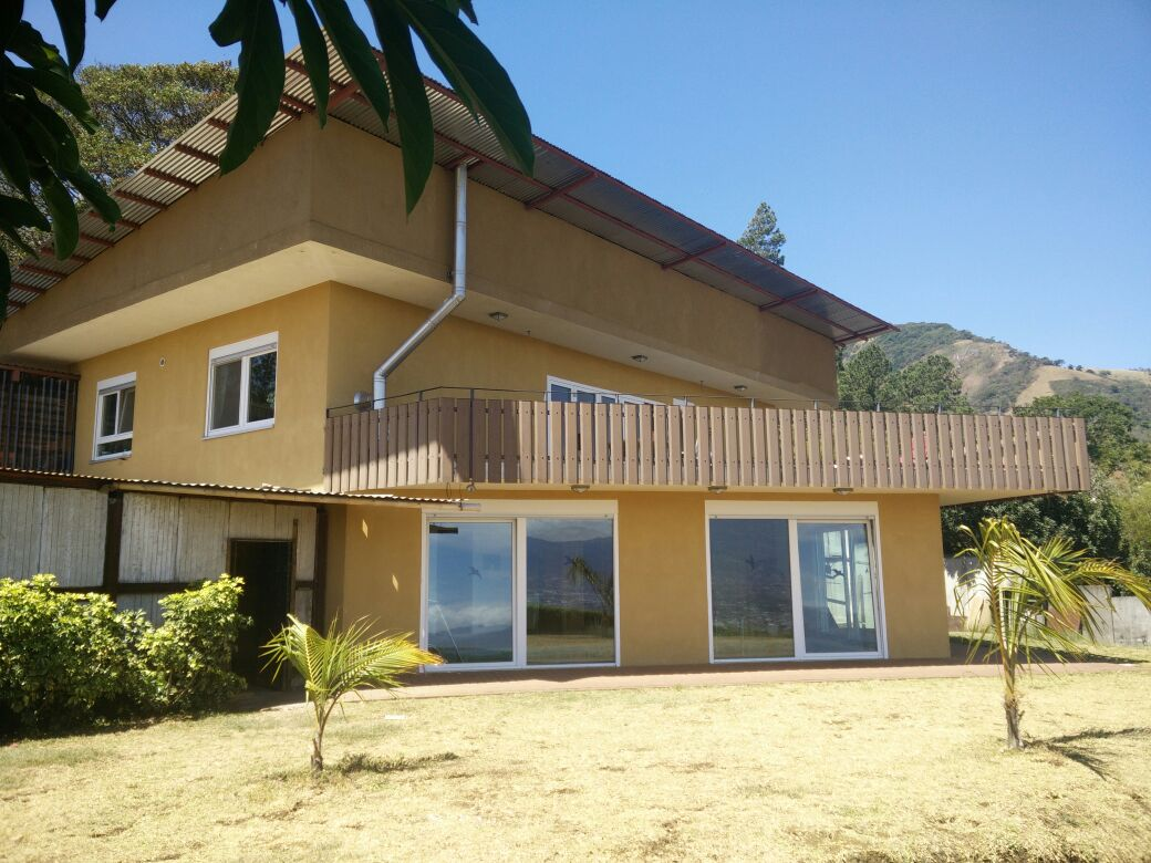 Para alquilar hermosa casa con piscina cubierta en san for Casa con piscina para alquilar