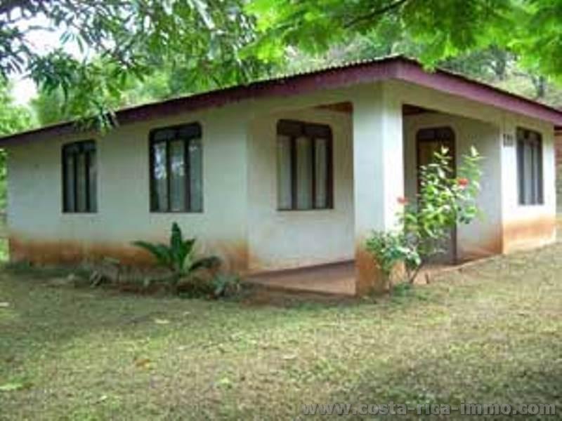 Los angeles de carmona small simple house nandayure for Minimalist house los angeles