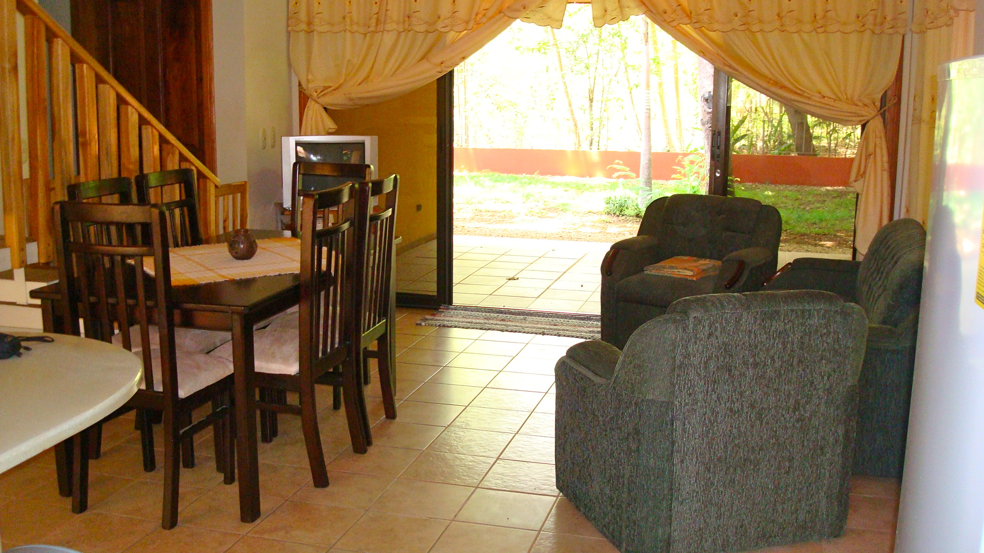 House with 175 m2, 3 bedrooms., 3 bathrooms, terrace and tropical garden in the center of Samara
