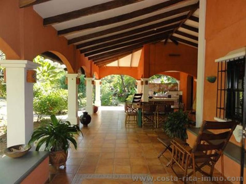 Traum-Haus mit wunderschönem tropischem Garten, 2 Gästeapartments, grosse Garage nahe des Strandes Playa Grande