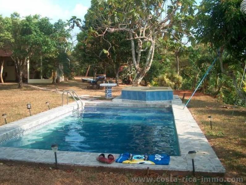 Casa de campo id lico con vistas al mar jard n con for Casas de campo modernas con piscina y jardin