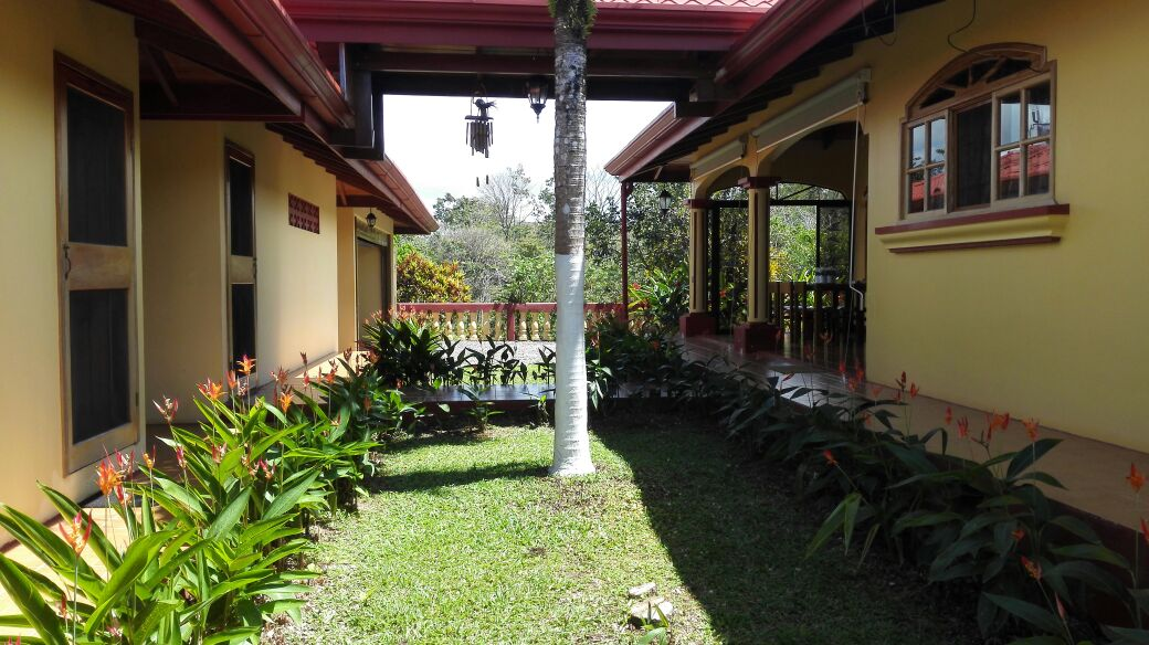 Farm with 27 ha, luxury and guest house, forest, pastures, near Viento Fresco-Nuevo Arenal for sale