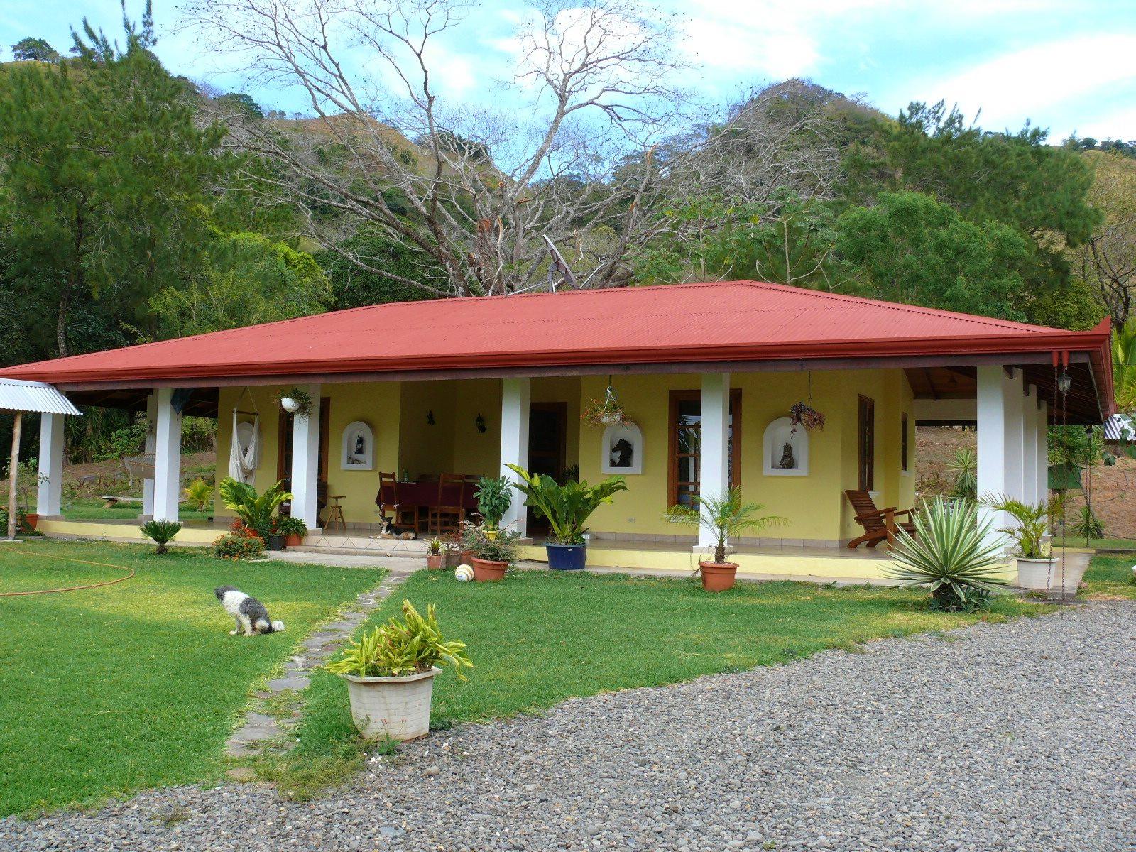 Casa con casa de huespes y piscina jard n tropical con for Casas con jardin baratas