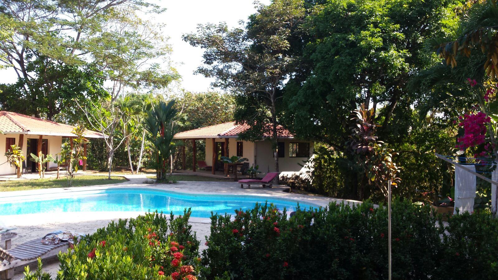 Piscina en jardin pequeo latest jardin y piscina with for Casas con jardin y piscina
