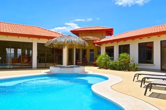 Espectacular villa con bonitas vistas casa de hu spedes for Casas con piscina y jardin