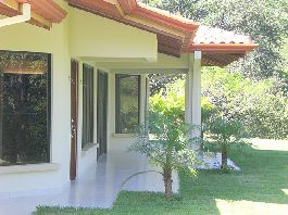 House with 210 m2, 3 bedrooms., 2 bathrooms, terrace and tropical garden in the Central Valley
