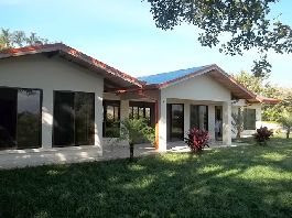 House with 225 m2, 3 bedrooms., 2 bathrooms, terrace and tropical garden for sale in the Central Valley