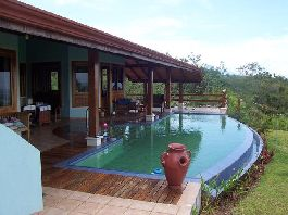 For sale house with 360 m2 and 38,000 m2 large tropical garden near San Mateo